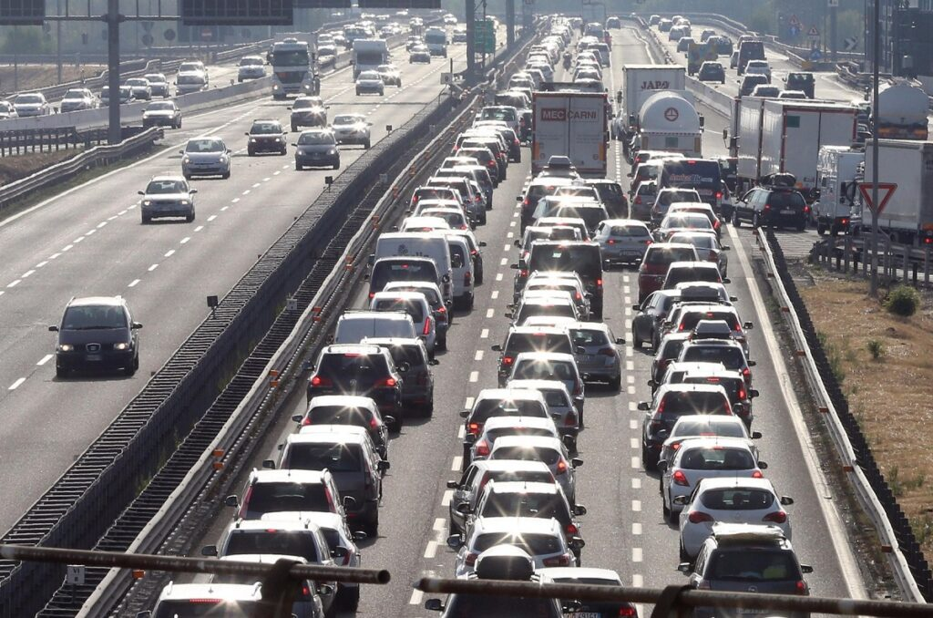 Il traffico e' stato intenso sulla rete di Autostrade per l'Italia sin dalle ore del mattino in questo fine settimana da bollino rosso, 18 agosto 2012. Uno dei punti piu' a rischio congestine della A/14: lo snodo di Bologna tra l'autostrada A14 e la A1. ANSA